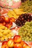 Olika frukter på plattorna Arkivbild