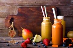 Olika fruktsafter och frukter Arkivbild