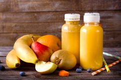 Olika fruktsafter och frukter Arkivbilder