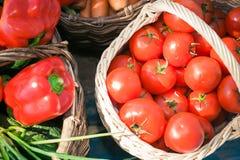olika grönsaker för korg Arkivbilder
