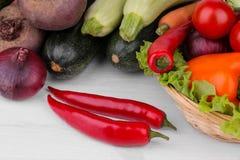 Olika grönsaker inkluderar beta, kål, zucchinin, morötter, tomater, peppar, lökar, vitlök, och gurkor och grönsallat på a Royaltyfria Bilder