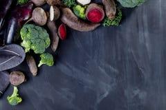 Olika grönsaker på svart Arkivfoton