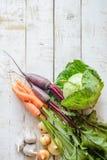 Olika grönsaker på tabellen Arkivfoto