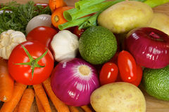 Olika grönsaker som ligger på en trätabell Royaltyfri Fotografi