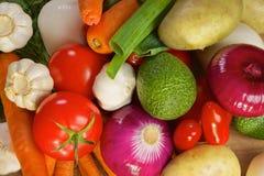 Olika grönsaker som ligger på en trätabell Royaltyfri Foto