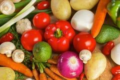 Olika grönsaker som ligger på en trätabell Arkivfoton