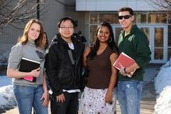 olika gruppdeltagare för högskola Arkivfoton