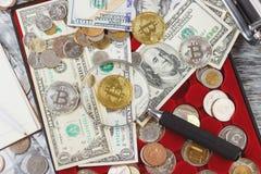 Olika guld- och silvermynt, och amerikanska dollar Royaltyfri Foto