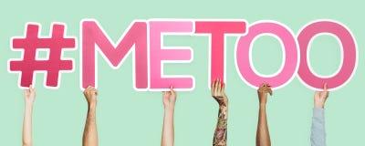 Olika händer som rymmer rosa färger, märker att bilda det metoo ordet arkivbilder