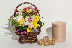 Olika härliga blommor i korgen, Arkivbild