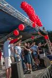 Olika högtalare på AIDSwalk med ballonger Arkivfoto