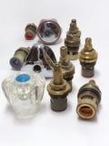 Olika handtag för vattenvattenkranar och monterade keramiska ventiler Royaltyfri Foto