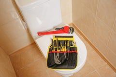 Olika hjälpmedel för rörmokare` s på locket för toalettplats royaltyfria foton