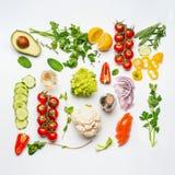 Olika ingredienser för salladgrönsaker på vit bakgrund, bästa sikt, lekmanna- lägenhet Sunt äta för rengöring Royaltyfri Bild