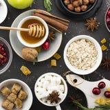 Olika ingredienser för stekheta för vinter säsongsbetonade och andra recept, granatäpple, honung, orezhi, äpplen, persimoner, ört Fotografering för Bildbyråer