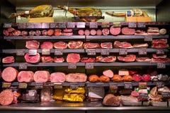 Olika italienska köttprodukter i shoppa, i Rome, Italien Royaltyfri Fotografi