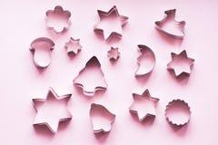 Olika Jul-themed kakaskärare på rosa färger extra ferie för kortformat ovanför sikt Xmas-modell arkivbild