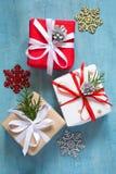 Olika julaskar av gåvor dekorerade festively på en blå bakgrund Arkivfoton