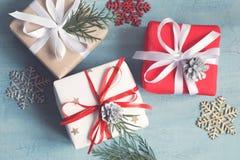 Olika julaskar av gåvor dekorerade festively på en blå bakgrund Royaltyfri Fotografi