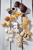 Olika julsötsaker, den måne formade kakan, kanelbruna stjärnor, makron, spritz kakan, pepparkaka på träbakgrund Royaltyfri Bild