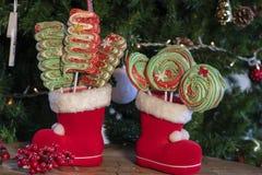 Olika julsötsaker och godisar med julträdet på trätabellen royaltyfri foto