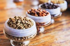 Olika kaffebönor på träbakgrund Royaltyfri Bild