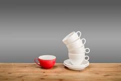 Olika kaffekoppar på trätabellen Arkivbild