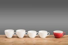 Olika kaffekoppar på trätabellen Royaltyfri Foto