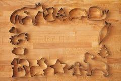 Olika kakaformer på träbakgrund fotografering för bildbyråer