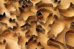 Olika kakaformer på träbakgrund royaltyfri foto