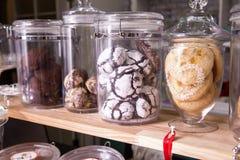 Olika kakor och kex i ett kafé på räknaren royaltyfria foton