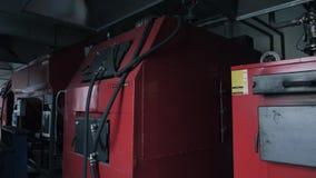 Olika kokkärl för fast bränsle i rum Energi - besparingsbegrepp arkivfilmer