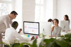Olika kollegor som talar planläggning, arbetar tillsammans i blandras- Royaltyfri Fotografi