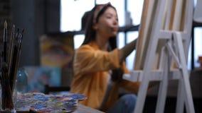 Olika konstnärliga hjälpmedel på arbetskonstnärtabellen stock video
