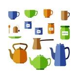 Olika koppar, rånar, tekannor, kaffekrukan, krus och cans Royaltyfri Bild