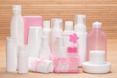 Olika kosmetiska produkter för skincare på träyttersida Royaltyfri Bild