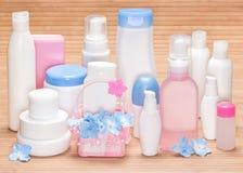 Olika kosmetiska produkter för skincare på träyttersida Royaltyfria Bilder