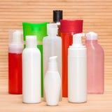 Olika kosmetiska produkter på träyttersida Royaltyfri Foto