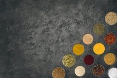 Olika kryddor i glass bunkar Arkivbilder