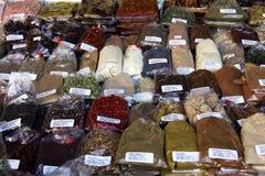 Olika kryddor och örter på marknaden arkivbild
