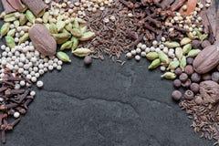 Olika kryddor på den texturerade bakgrunden Royaltyfri Foto