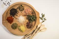 Olika kryddor på ett uppläggningsfat Arkivfoton