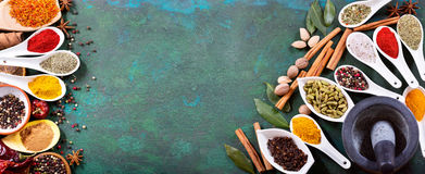 Olika kryddor på gammal grön bakgrund arkivfoton