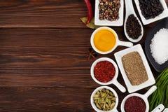 Olika kryddor på träbakgrund Arkivbilder