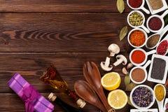 Olika kryddor på träbakgrund Fotografering för Bildbyråer