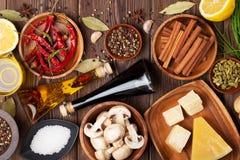 Olika kryddor på träbakgrund Royaltyfri Bild