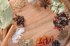 Olika kryddor på träbakgrund Bästa sikt med kopieringsutrymme royaltyfri fotografi