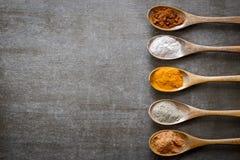 Olika kryddor på träskedar Royaltyfria Foton