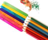 Olika kulöra blyertspennor på vit bakgrund Fotografering för Bildbyråer