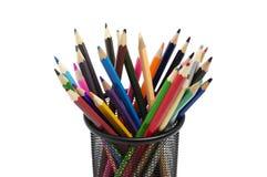 Olika kulöra blyertspennor som står i grillad blyertspennakopp Fotografering för Bildbyråer